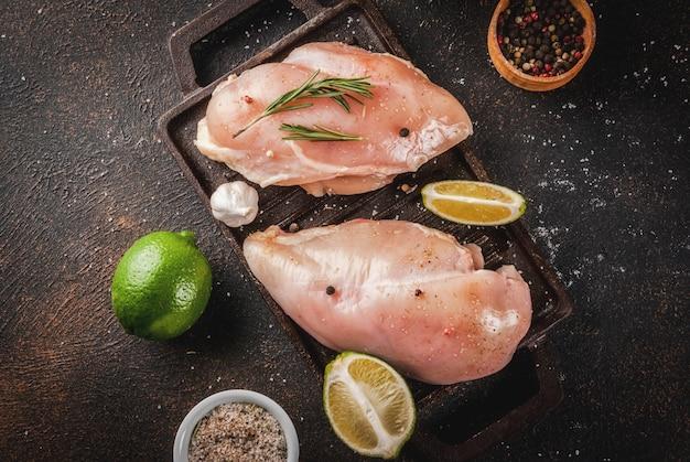 Carne crua, pronta para filé de peito de frango grelhado ou assado, com azeite, ervas e especiarias