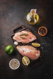 Carne crua, pronta para grelhar ou assar filé de peito de frango