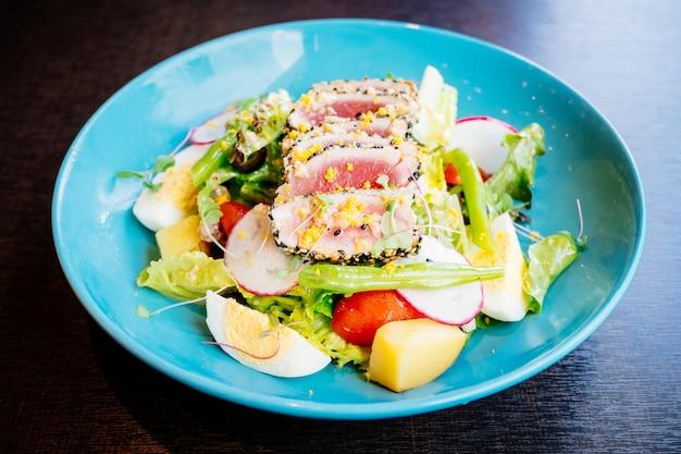 Carne de atum crua e fresca com gergelim e salada
