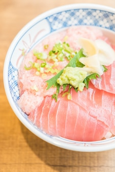 Carne de atum de peixe cru em tigela de arroz