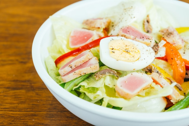 Carne de atum e ovo com salada de legumes
