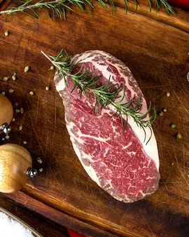 Carne de bife com pimenta alecrim vista superior