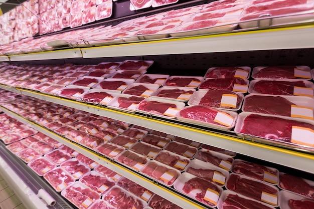 Carne de boi crua vendendo no supermercado
