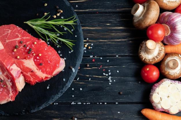Carne de bovino crua com legumes na mesa
