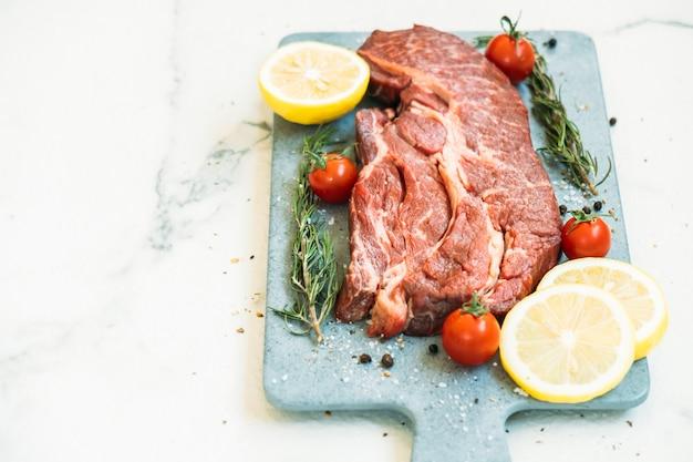 Carne de bovino crua na tábua de cortar