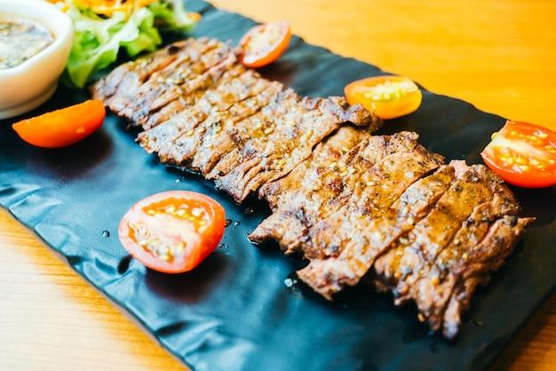 Carne de carne grelhada com vegetais