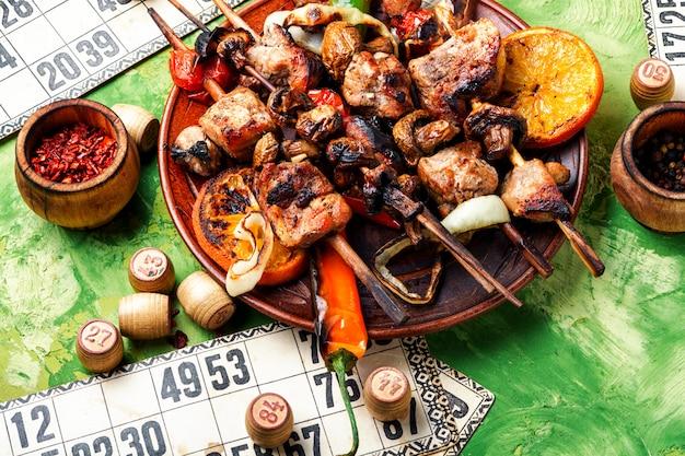 Carne de churrasco e jogo de loteria