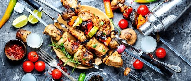 Carne de churrasco em espetos de madeira