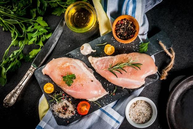 Carne de filé de peito de frango cru com especiarias e azeite