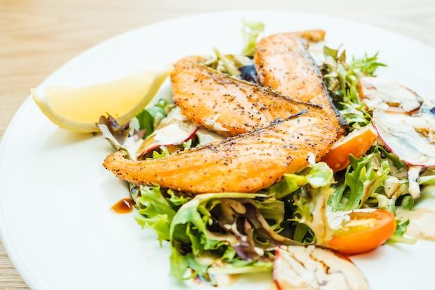 Carne de filé de salmão grelhado com salada de legumes