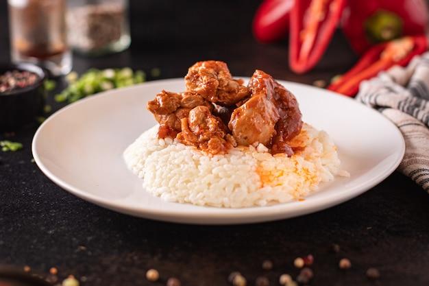 Carne de frango ao caril com arroz especiarias molho de tomate cozinha refeição lanche na mesa cópia espaço comida