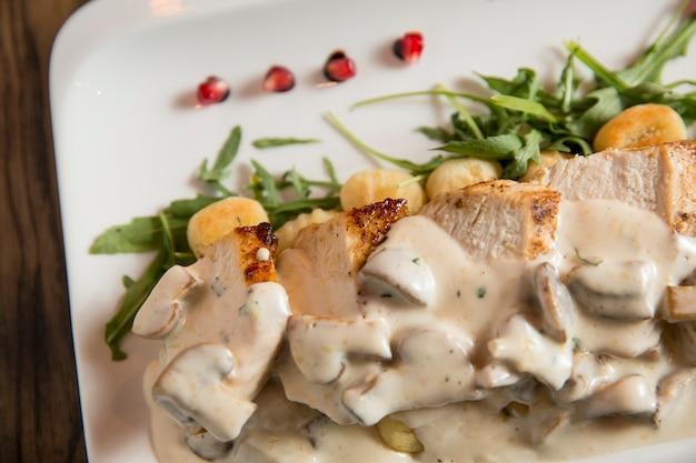 Carne de frango com nhoque ralado em molho de creme de cogumelos e queijo defumado