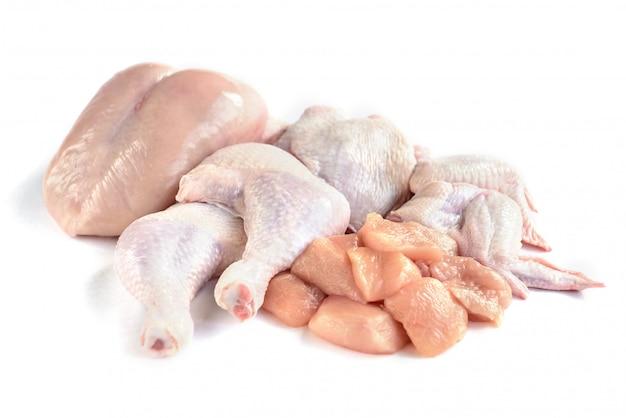Carne de frango crua isolada no branco