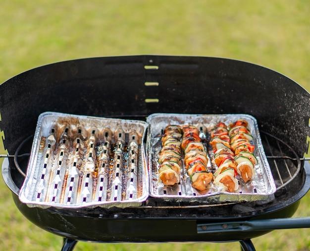 Carne de frango e vegetais no espeto em uma churrasqueira