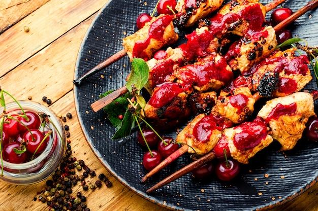 Carne de frango em espetos de madeira com marinada de cereja