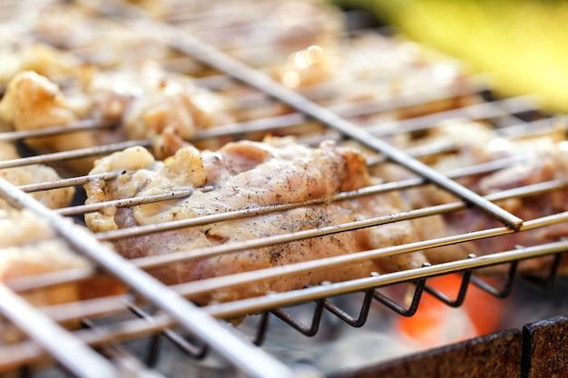 Carne de frango frito em uma churrasqueira.
