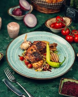 Carne de frango grelhado com molho barbecue