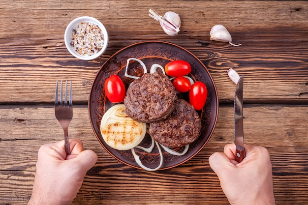 Carne de hambúrguer cozido fresco com legumes