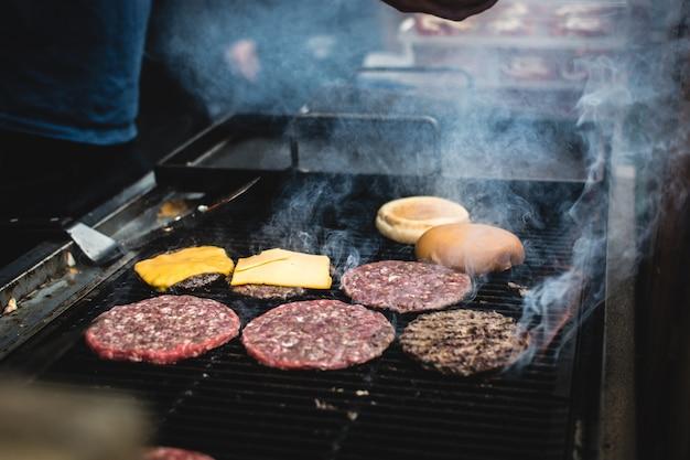 Carne de hambúrguer em uma grelha