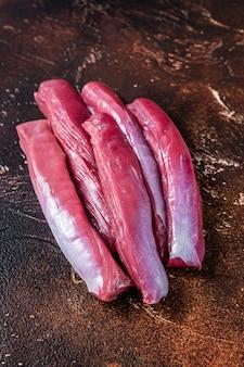 Carne de lombo de cordeiro crua na mesa do açougueiro. vista do topo.