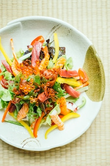 Carne de peixe cru e fresco sashimi com vegetais