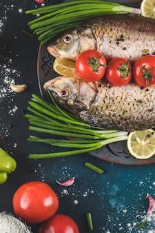 Carne de peixe pronta para cozinhar com limão, legumes e especiarias