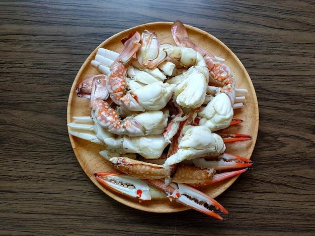 Carne de perna de caranguejo cozido no vapor em um prato de madeira