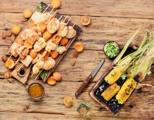 Carne de peru churrasco em espetos de madeira