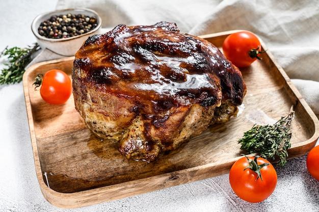 Carne de pescoço de porco assado com especiarias na tábua. espaço cinza. vista do topo