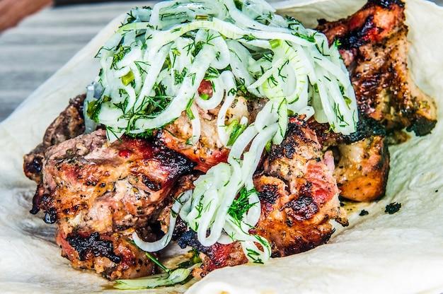 Carne de porco assada carnes grelhadas e vegetais