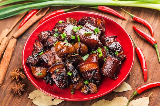 Carne de porco assada com castanhas, comida chinesa