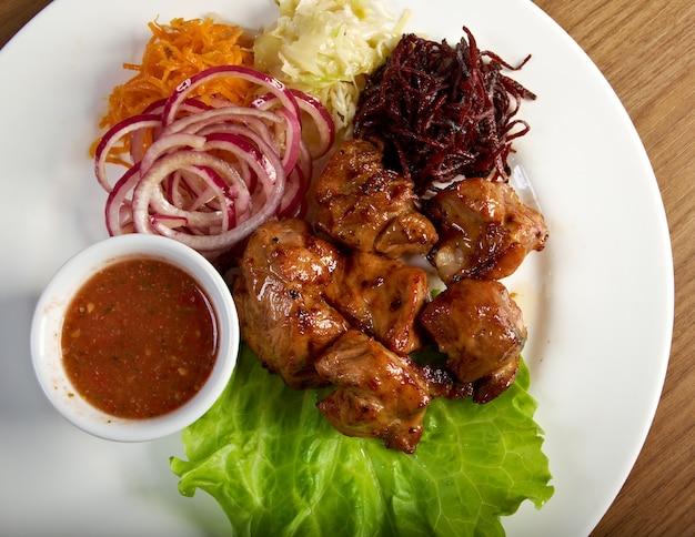 Carne de porco assada com vegetais closeup.shashlik (shish kebab)