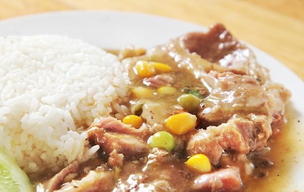Carne de porco com vapor de arroz.