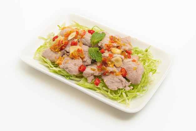 Carne de porco cozida com limão, alho e molho de pimenta