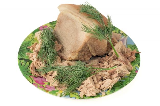 Carne de porco cozida em um prato com endro.