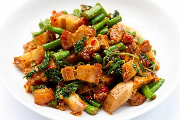 Carne de porco crocante frita picante com manjericão sagrado