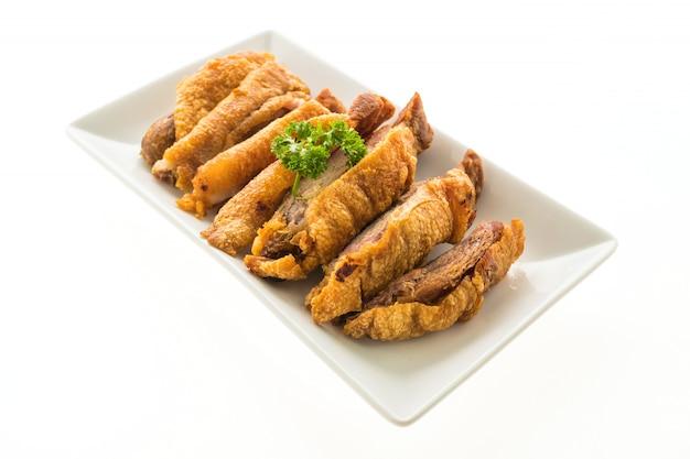 Carne de porco crocante frito, isolado no fundo branco