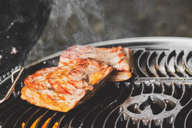 Carne de porco crocante na grelha