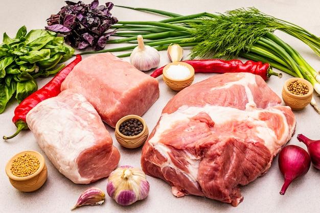 Carne de porco crua com especiarias e ervas frescas