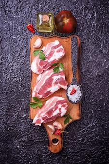 Carne de porco crua e ingredientes para cozinhar. vista do topo