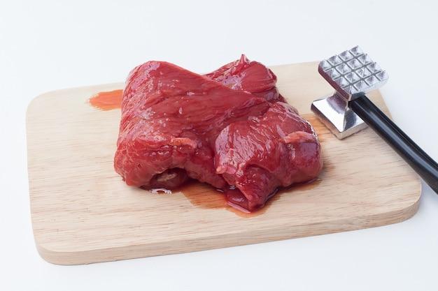 Carne de porco crua e martelo de carne