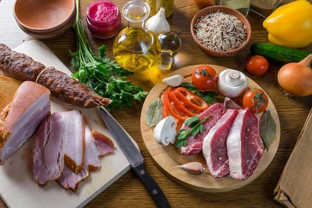 Carne de porco crua e vegetais prontos para cozinhar. fundo alimentar