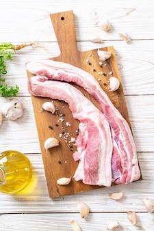 Carne de porco crua entremeada fresca