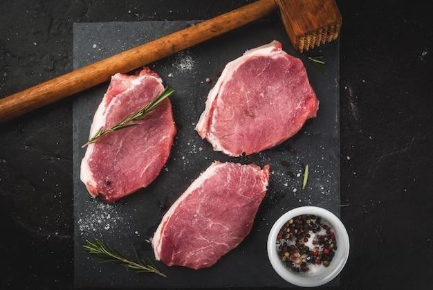 Carne de porco crua fresca, bifes