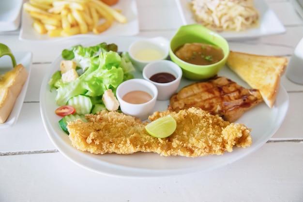 Carne de porco de peixe e frango bife refeição conjunto