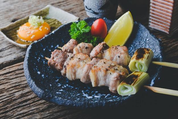Carne de porco dos espetos do estilo japonês grelhada.