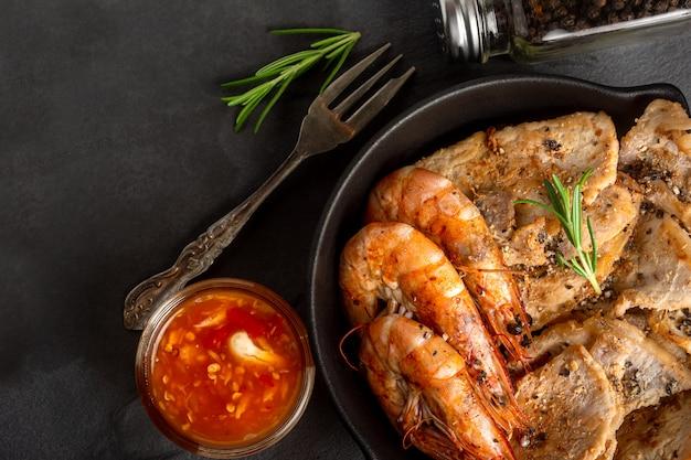 Carne de porco e camarão grelhados bar-bq recive