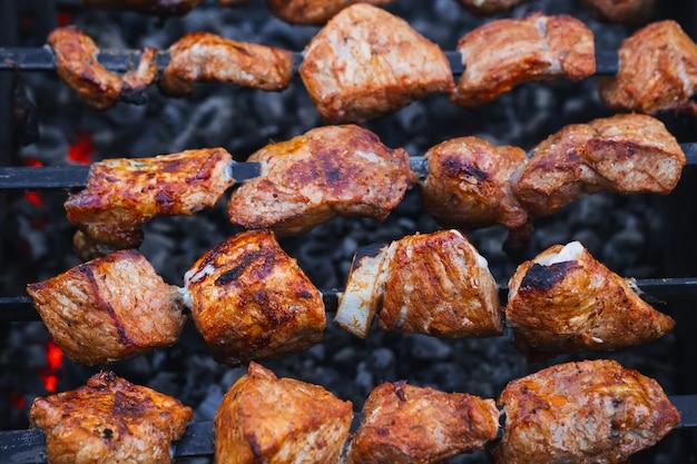 Carne de porco é cozida no espeto na churrasqueira