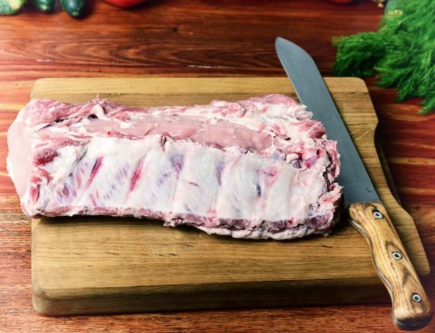 Carne de porco em uma tábua de cozinha