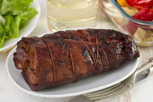 Carne de porco enrolada com salada e legumes